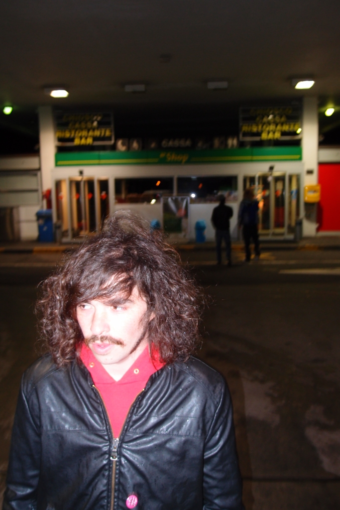 Freddy Lobster, chitarrista dei Kafka on the Shore, in una stazione di servizio svizzera