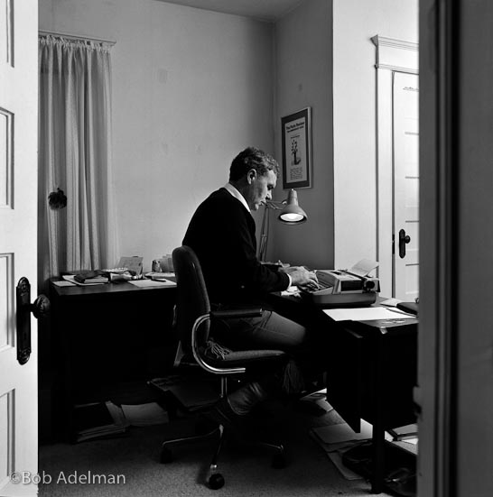 Raymond Carver al lavoro, Syracuse, New York. 1984. Raymond Carver at work, Syracuse, New York. 1984. Raymond Carver at work, Syracuse, New York. 1984. © Bob Adelman