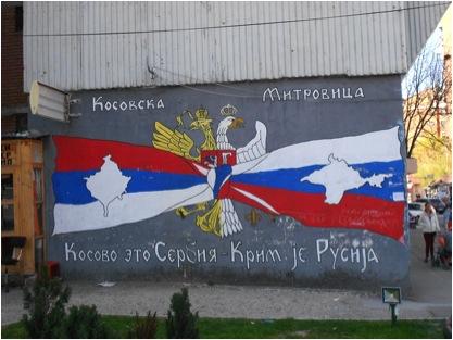 «Kosovska Mitrovica. Il Kosovo è Serbia – La Crimea è Russia».