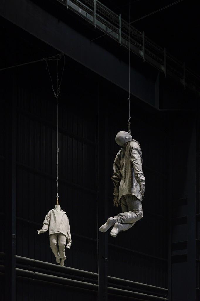 Juan-Muñoz-Double-Bind-Around-veduta-della-mostra-presso-Hangar-Bicocca-Milano-2015-photo-Attilio-Maranzano (1)
