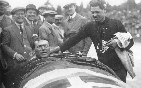 Antonio Ascari, dopo aver vinto il primo Gran Premio del Belgio a Spa (28/06/1925). Morirà il mese seguente, nel Gran Premio di Francia. Ciò non impedirà all'Alfa Romeo P2 di aggiudicarsi il primo Campionato Mondiale di Automobilismo.