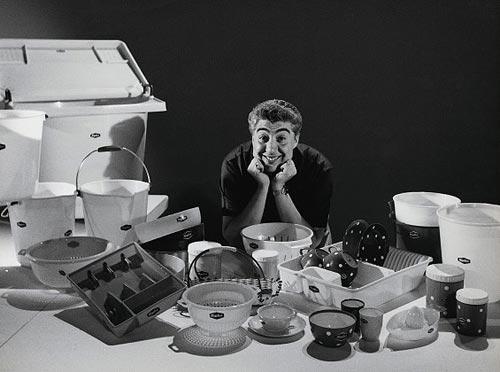 Gino Bramieri in un Carosello del Moplen, la materia plastica commercializzata dalla Montecatini, che valse il Nobel per la Chimica a Giulio Natta e rivoluzionò la produzione e il consumo di massa.
